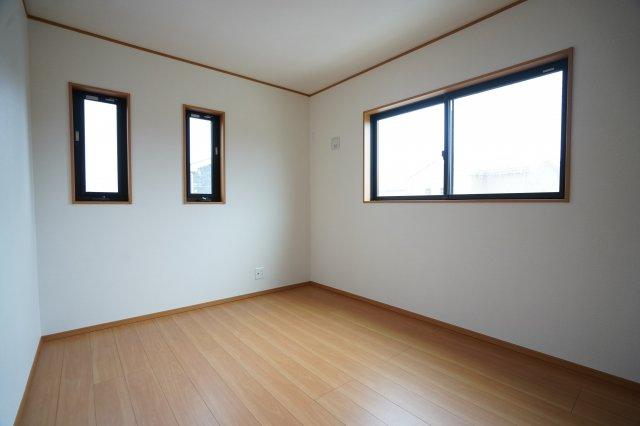 6帖の洋室も南向きです。全窓複層ガラスで結露しにくいのが嬉しいですね。