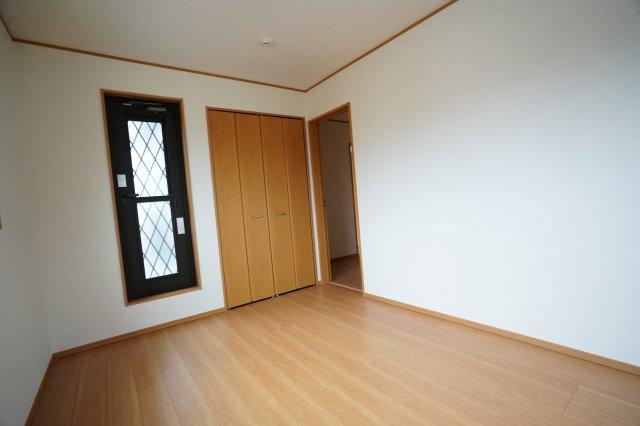 6帖の洋室からもバルコニーに出られます。バルコニーへの窓がおしゃれですね。