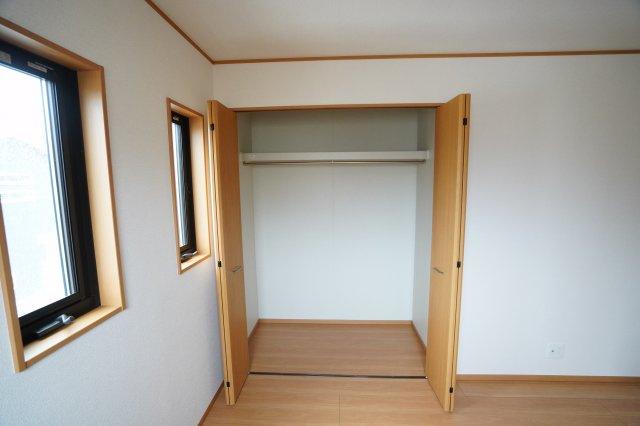 子供部屋のクローゼットです。棚とパイプが設置されて収納しやすいですよ。学校道具や習い事、部活道具などたくさん収納できますね。