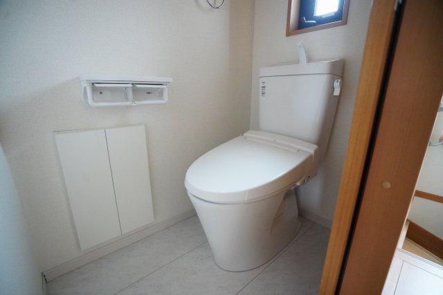 2階トイレです。トイレ収納がありますよ。窓もあり明るいですね。