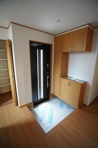 採光のとれる玄関ドアは断熱玄関ドアです。
