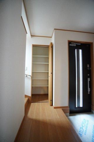 1階廊下収納スペースにたくさん収納できますよ。階段の手間にあります。