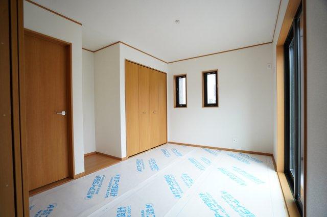 6.5帖の洋室(畳敷)です。廻縁、巾木、窓枠、ドア枠のあるおしゃれな洋室ですね。陽当たり良好です。