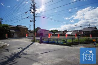 1号棟 現地(2019年8月)撮影 前面は交通量の少ない道路です。 幅員約4.76~6.50mの東側道路(北側1m認定外道路)。