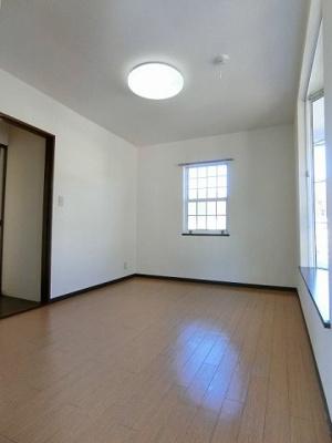 2階・階段を上って右側にある角部屋二面採光洋室6帖のお部屋です!子供部屋や書斎・寝室など多用途に使えそうなお部屋です♪納戸を完備しています!