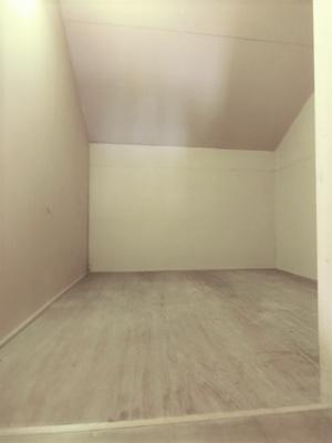 南向き洋室6帖のお部屋にある屋根裏収納です☆収納が上部にあるのでお部屋を広く使えますね♪