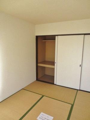 和室6帖のお部屋にある押入れです!押入れは寝具など、かさ張りやすいものの収納にぴったり☆お部屋すっきり片付きます♪