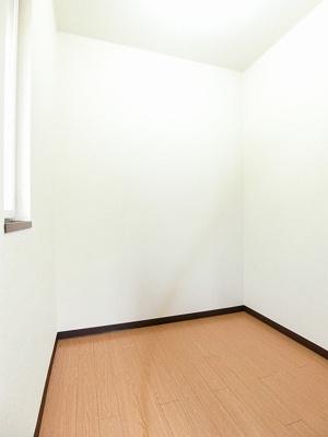 角部屋二面採光洋室6帖のお部屋にある2帖の納戸です!扇風機やストーブ、お雛様やクリスマスツリーなどの季節物もすっきり片付きますよ♪換気のできる窓付きです!