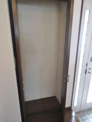 玄関には便利な収納スペース付き♪靴だけでなく少しかさばる荷物も収納できます♪