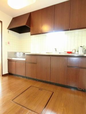 ガスコンロ設置可能のキッチンです☆場所を取るお鍋やお皿もたっぷり収納できてお料理がはかどります!床下収納があるのも嬉しい♪