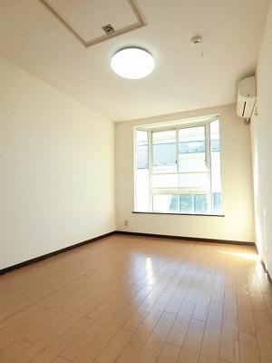 2階・エアコンのある南向き洋室6帖のお部屋です♪出窓があるのでインテリアを飾って楽しむこともできます♪