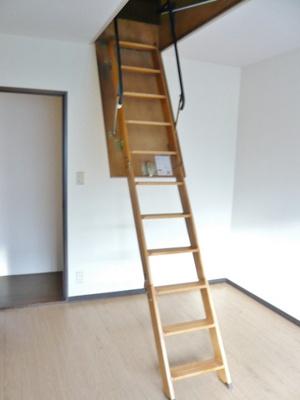 2階・屋根裏収納のある洋室6帖のお部屋です☆荷物をたっぷり収納できてお部屋がすっきり片付きますね!