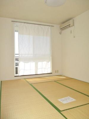 2階・バルコニーに繋がる南向き6帖の落ち着く和室です!エアコン付きが嬉しい☆和室は冬場はコタツでほっこり♪夏は意外と涼しくて使い勝手がいいんですよ♪