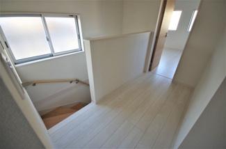 3号棟 現地(2020年1月)撮影 2階ホール。階段窓からの明かりと幅のある廊下で、ゆとり感じる空間。