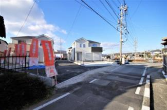 4号棟 現地(2020年1月)撮影 前面は交通量の少ない道路です。 幅員約4.76~6.50mの東側道路(北側1m認定外道路)。