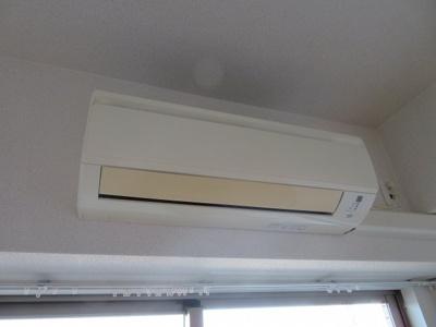 洋室にエアコンがあります
