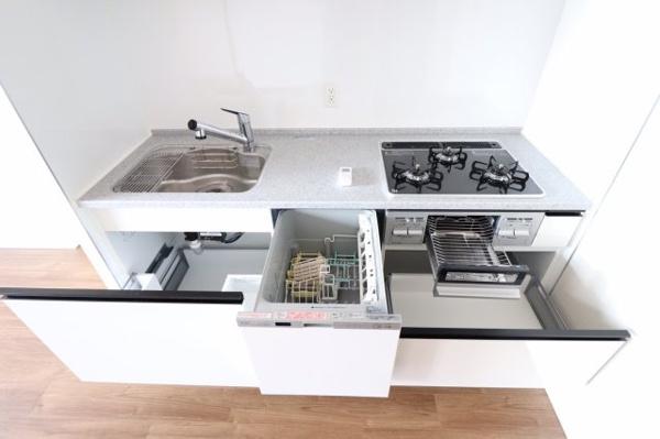 【キッチン】収納スペースが充実し、食洗器内蔵型キッチンは女性に大変喜んでいただけるポイントです。