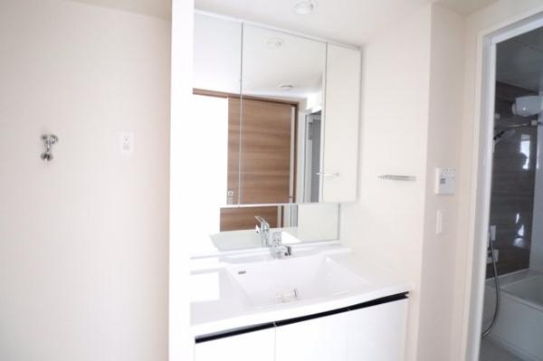 【洗面所】清潔感溢れる真っ白の、お手入れのしやすい三面鏡付き洗面化粧台です。