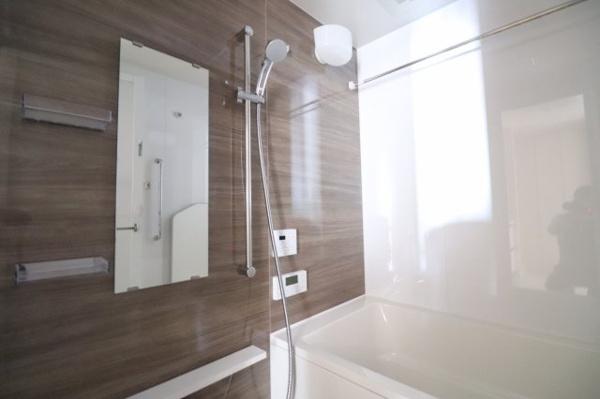 【浴室】建具ともマッチした壁で統一感のある浴室になっています。