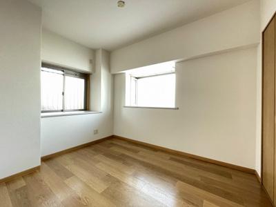 玄関から入って左側にある、角部屋二面採光洋室5帖のお部屋です!出窓には写真や小物を飾れるので、お部屋が華やぎますね☆