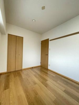 クローゼットのある洋室5帖のお部屋です!お洋服もしわにならず、キレイに収納できます☆