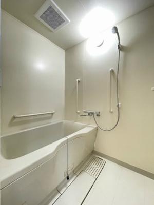 家族の入浴時間がずれても温められる追い焚き機能付きのバスルーム☆お風呂に浸かって一日の疲れもすっきりリフレッシュ♪