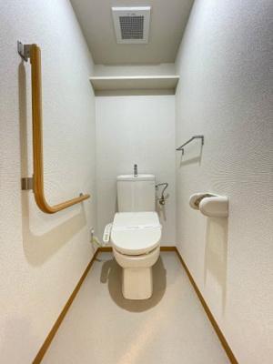 人気のシャワートイレ・バストイレ別です♪トイレが独立していると使いやすいですよね☆小物を置ける便利な棚や手すり、タオルハンガーも付いています♪