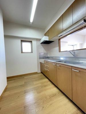 ガスコンロ設置可能のキッチンです☆窓があるので換気もOK♪場所を取るお鍋やお皿もすっきり収納できます♪