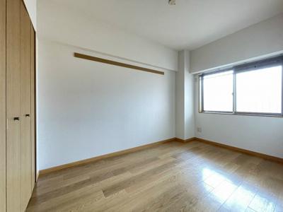 玄関から入って右側にある、洋室5.7帖のお部屋です♪子供部屋や書斎・寝室など多用途に使えそうなお部屋です♪