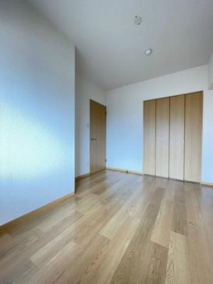 クローゼットのある洋室5.7帖のお部屋です!お洋服の多い方もお部屋が片付いて快適に過ごせますね♪