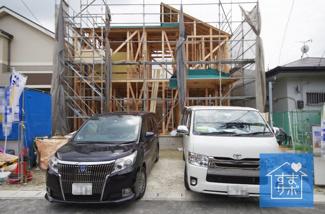 1号棟 現地(2019年8月)撮影 上棟しました! 敷地面積163.38㎡(49.57坪)。 駐車並列2台可能。