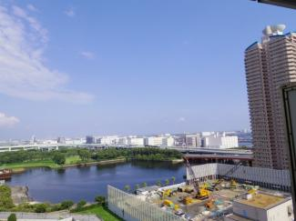 バルコニーからの眺望、目の前に建築予定江東ポンプ所がございますが、高さ約35mのため、視界がなくなる事はございません。