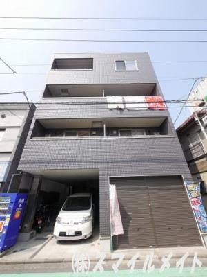 鉄骨造4階建て、全9世帯のマンションです。