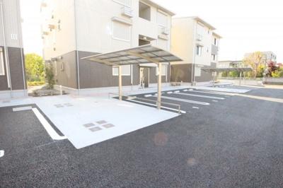 駐車、駐輪場とベンチがあります♪