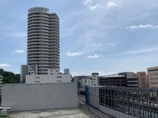 「箕面船場阪大駅前」駅(写真右)建設中
