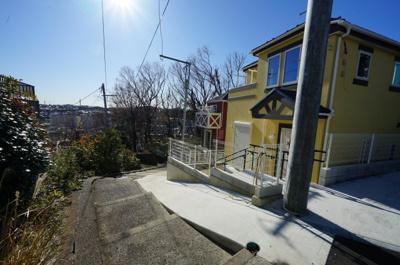 【前面道路含む現地写真】最終1棟!欧風デザインの住宅♪床暖房付のLDK19.1帖4LDK。上星川2丁目全4棟新築戸建