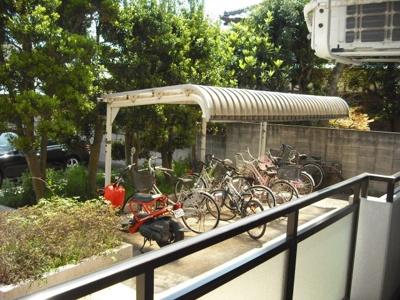 屋根付き駐輪場有り。
