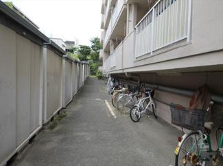 フルリフォーム済みですぐ入居OK! LDKが真ん中にあり、バルコニー側に2部屋がある間取りです
