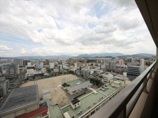 14階南東角部屋のバルコニーからは、博多の町と遠くの山を見渡せる景色が広がります