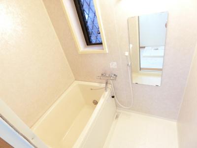 家族の入浴時間がずれても温められる追い焚き機能付きのバスルームです☆換気のできる小窓付きです♪