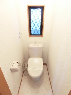 人気のバストイレ別です♪窓のあるトイレで換気もOK☆嫌なニオイがこもりません♪横にはタオルを掛けられるハンガーもあります!