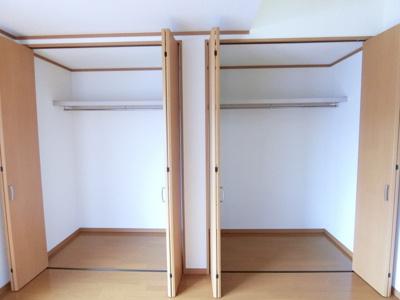 洋室6帖(西側)のお部屋にあるクローゼットです♪クローゼット2ヶ所完備でお洋服をたくさんお持ちの方でも安心の収納力です◎