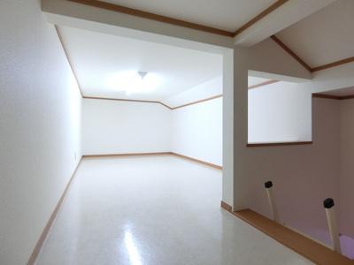 洋室6帖(西側)のお部屋にある6帖のロフトスペースです!広々ロフトスペースは荷物が多い方でも安心の収納力!