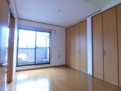 バルコニーに繋がる南向き洋室6帖(西側)のお部屋は陽当たり良好!全室フローリングなので毎日のお手入れもラクラクできちゃいます♪