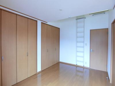 ロフトスペースとクローゼットのある洋室6帖のお部屋です!荷物をたっぷり収納できてお部屋がすっきり片付きますね☆