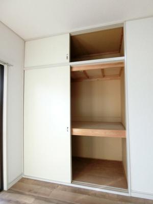 洋室6帖のお部屋にある収納スペースです!奥行きのある収納で荷物の多い方も安心ですね☆