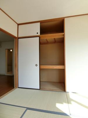 和室6.5帖のお部屋にある天袋付き押入れです!押入れは寝具など、かさ張りやすいものの収納にぴったり☆