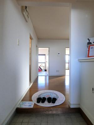 玄関から室内への景観です!玄関を入るとすぐにダイニングキッチンがあります☆