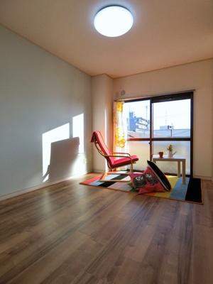 バルコニーに繋がる南向き洋室6帖のお部屋です!子供部屋や書斎・寝室など多用途に使えそうなお部屋です♪