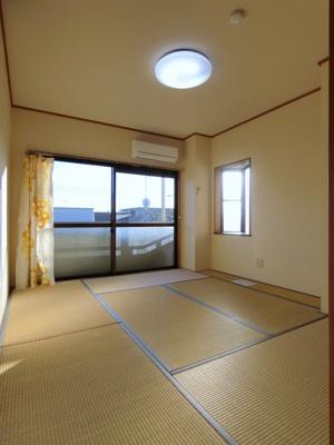 バルコニーに繋がる南向き二面採光6.5帖の落ち着く和室です!エアコン付きで1年中快適に過ごせますね☆出窓があるのでインテリアを飾って楽しむこともできます♪